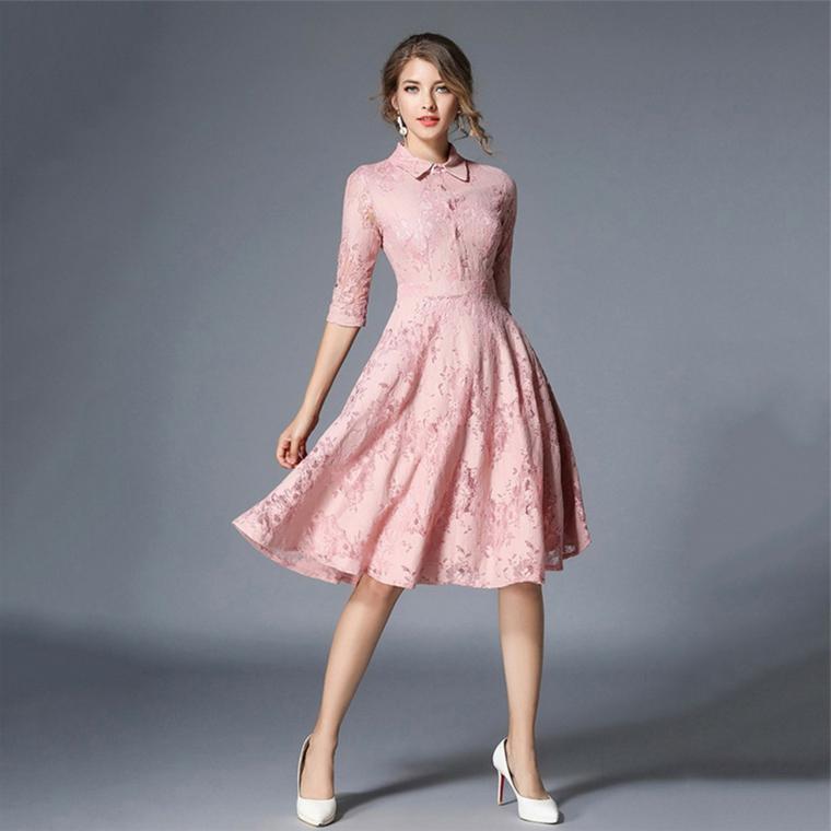 Vestito di colore rosa con effetti pizzo e lunghezza sopra al ginocchio, parte inferiore a ruota