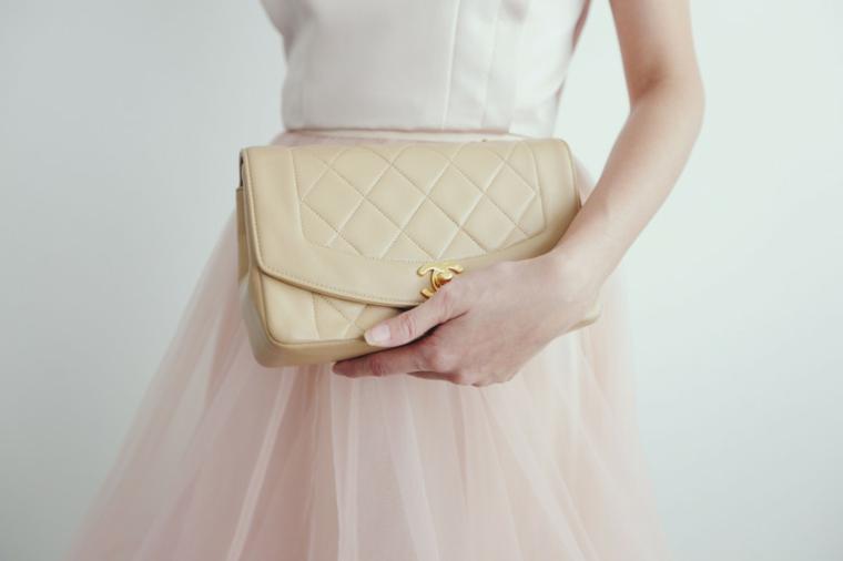 Borsa a mano di colore beige firmata Chanel e in pelle, look abbigliamento donna invitata ad un matrimonio