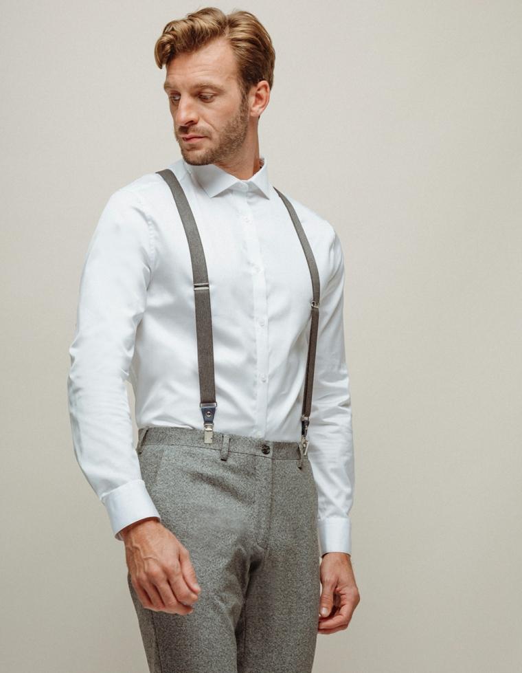 Uomo vestito molto elegante per un matrimonio, pantalone grigio e camicia bianca