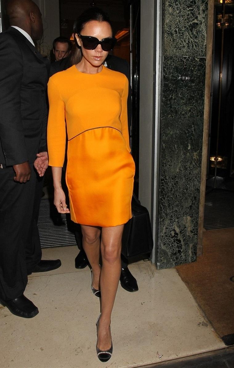 Vestiti eleganti donna, Victoria Beckham vestita con un abito midi di colore giallo senape