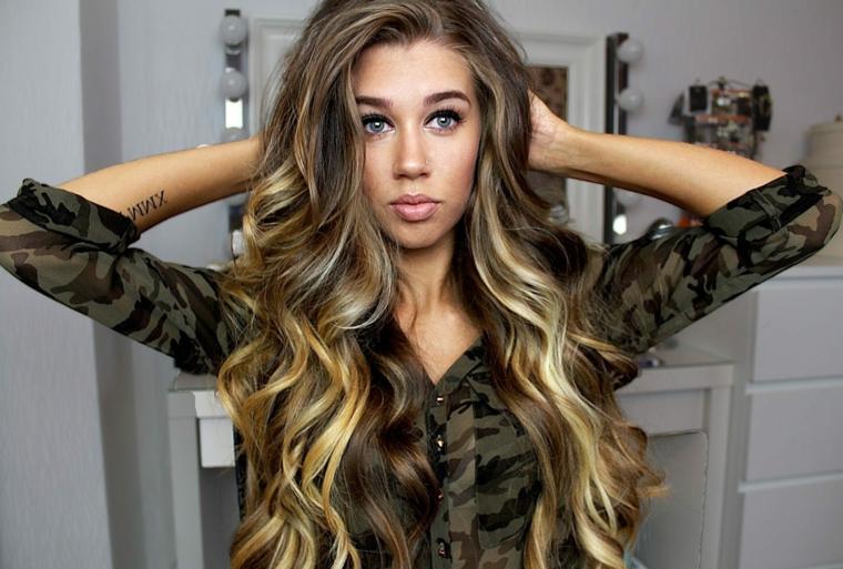 look lanciato dagli angeli di vitoria secret, ragazza con i capelli lunghi, capelli mossi naturali