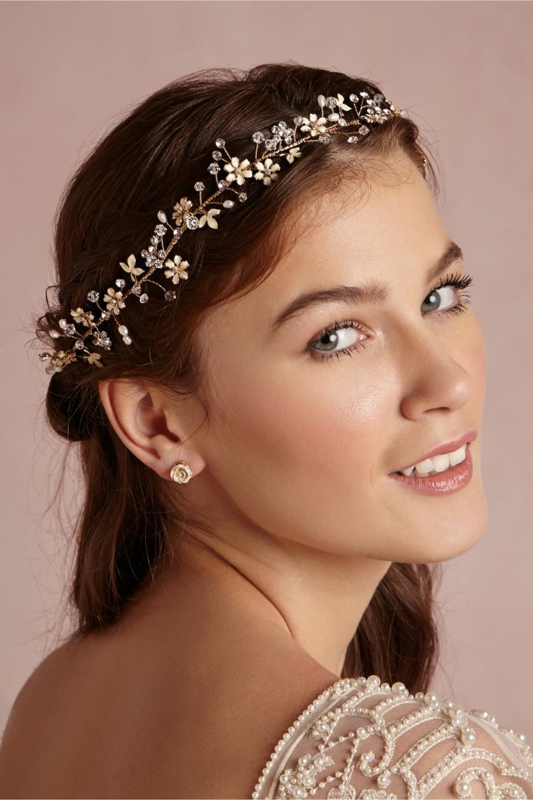 look in stile vintage con una coroncina di fiori, occhi verdi e rossetto color carne, idea trucco e parrucco sposa