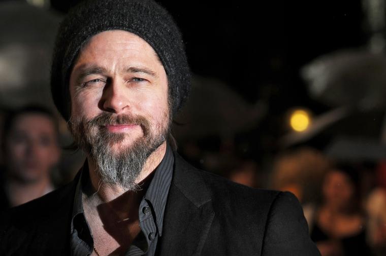 Stile casual per Brad Pitt con la sua barba lunga a punta e il cappello nero