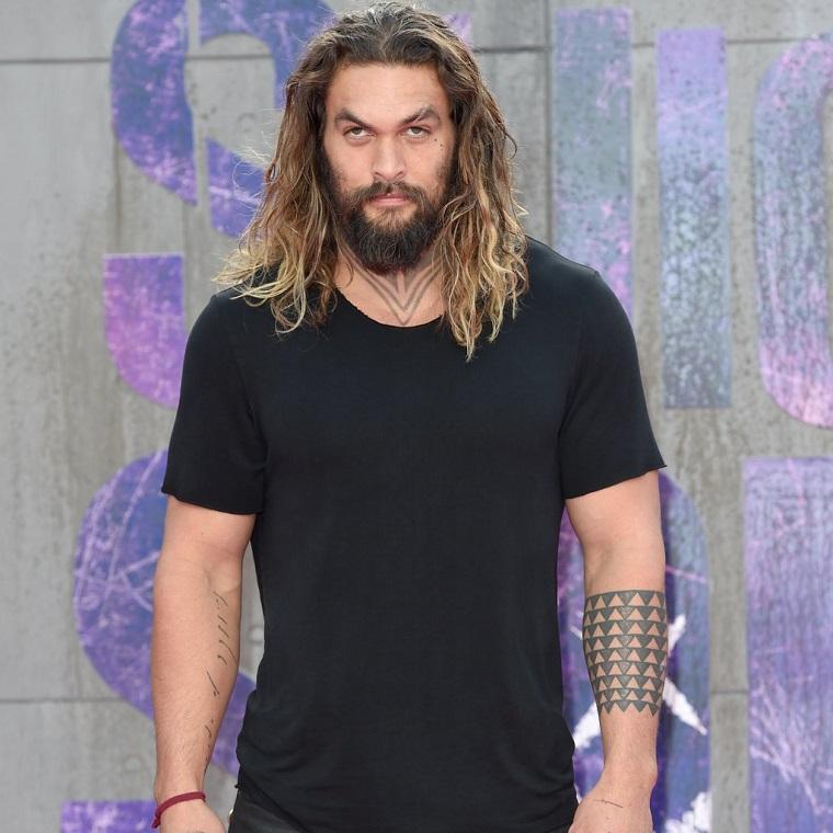 Un'idea per dei tatuaggi scritte braccio, Jason Momoa con un tattoo bracciale di forme geometriche