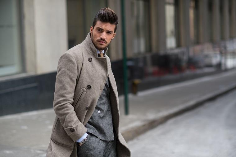 Il look elegante di Mariano Di Vaio con barba corta e capelli stile pompadour