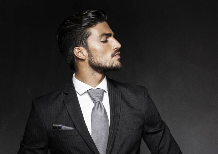 Abbigliamento elegante di Mariano Di Vaio con una barba sul mento e capelli corti tirati all'indietro