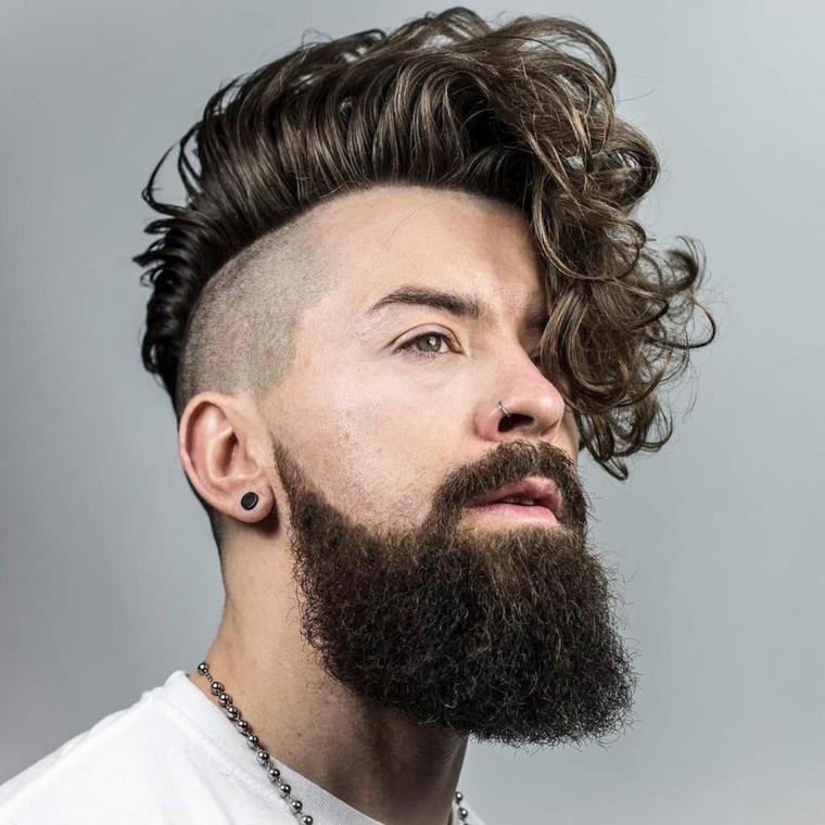 Come stimolare la crescita della barba, uomo con capelli pompadour e rasati di lato