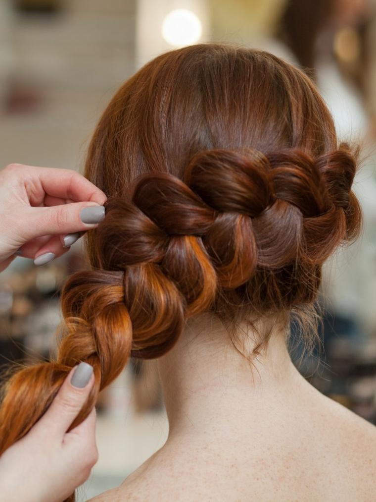 Come fare le trecce alla francese su dei capelli lunghi di colore castano con riflessi rossi