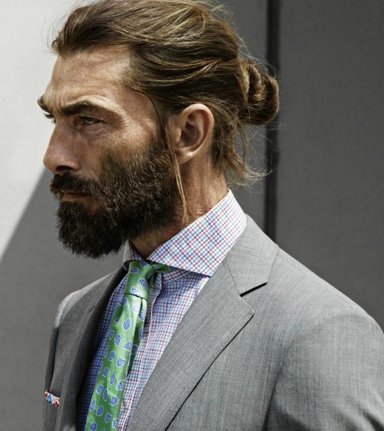 Come tagliare la barba lunga con baffetti, uomo elegante con capelli lunghi castani legati