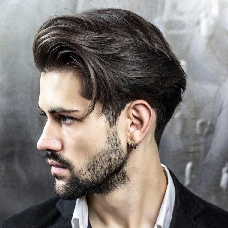 Ragazzo con capelli leggermente lunghi e barba corta a chiazze