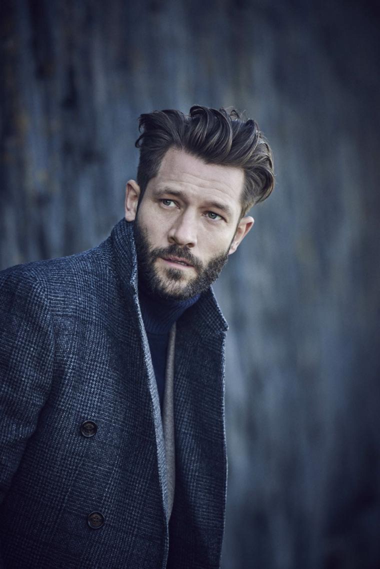 Come far crescere la barba, uomo con capelli lunghi davanti e rasati di lato