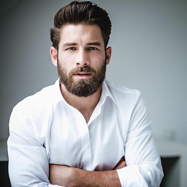 Taglio barba corta con pizzetto, uomo elegante con un'acconciatura pompadour e rasati di lato
