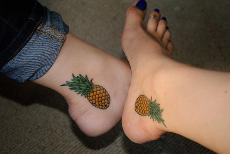 Disegni creativi per dei tatuaggi colorati sulle caviglie, tattoo ananas piccoli gialli e verdi