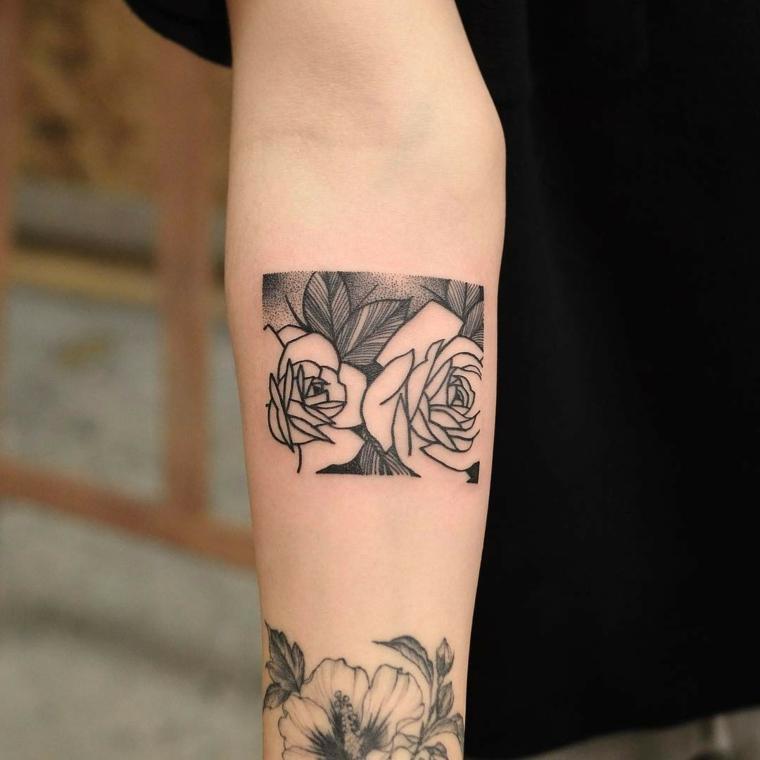 Due tatuaggi sul braccio di una donna, tattoo con motivi floreali e leggere sfumature