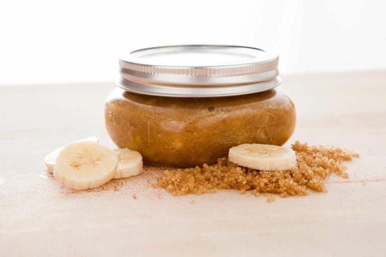 Gommage viso con uno scrub a base di zucchero di canna e banana