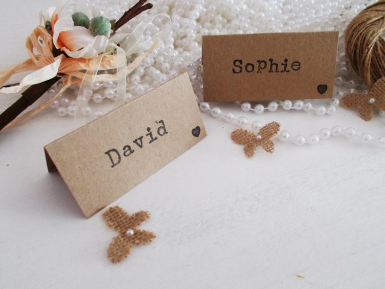 Segnaposto fai da te matrimonio, bigliettino di carta con i nomi stampati, tavola decorata con collana di perle e fiori finti