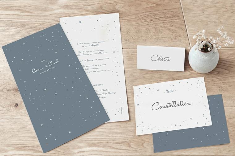 Segnaposto per un matrimonio con cartolina e il nome dell'invitato, piccolo vaso con fiori bianchi