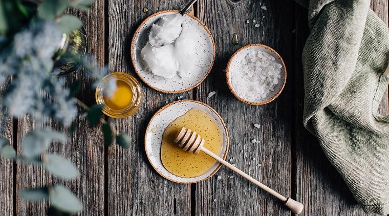 Pulizia del viso fai da te con uno scrub peeling con del miele e burro di cocco