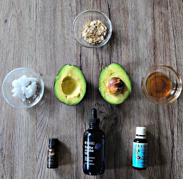 Ingredienti per uno scrub viso pelle grassa a base di avocado, avena e burro di cocco