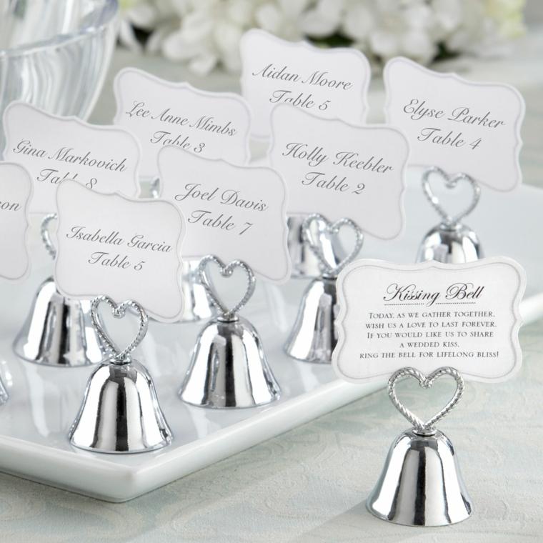 Segnaposto con bigliettini e fissate su campanelle di argento per un matrimonio elegante