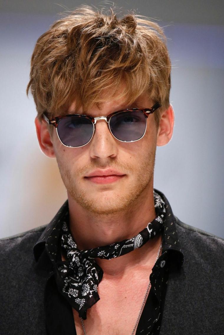 Prodotti per far crescere la barba, ragazzo con capelli biondi occhiali da sole e sciarpa