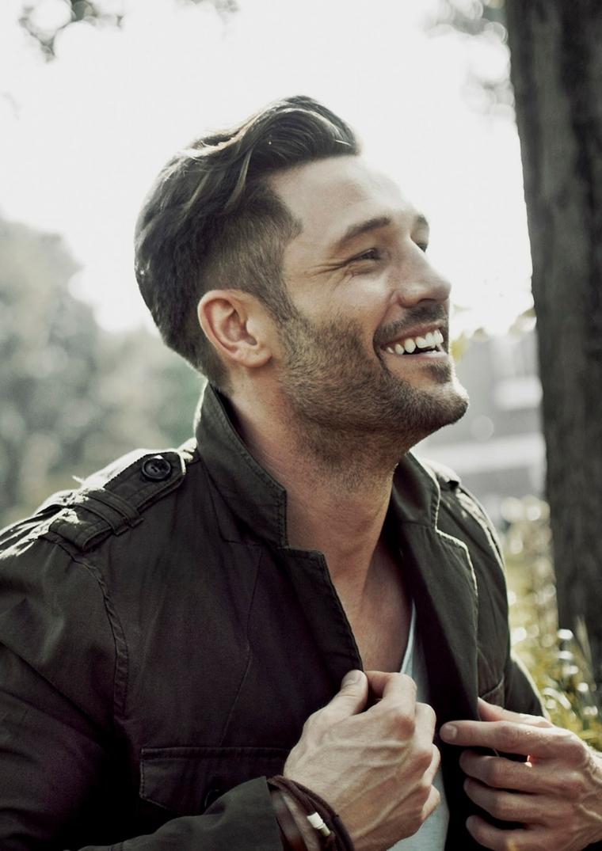 Come regolare la barba corta, uomo sorridente con capelli rasati ai lati