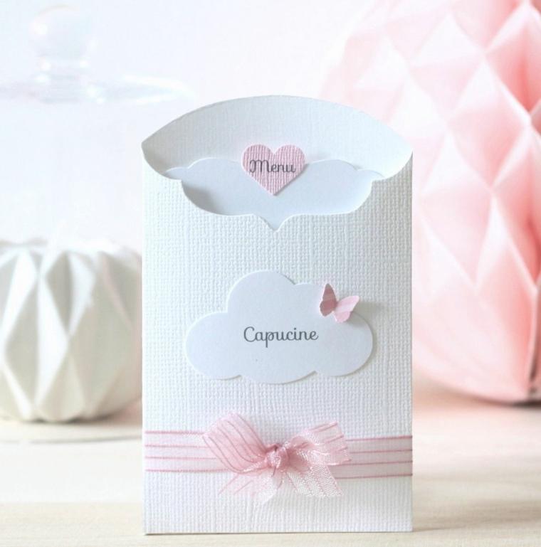 Sacchettino di carta con all'interno il menu come segnaposto ad un matrimonio