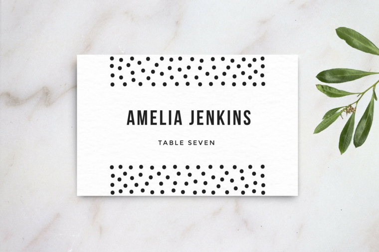 Bigliettino con il nome dell'invitata come segnaposto ad un matrimonio decorato con puntini neri