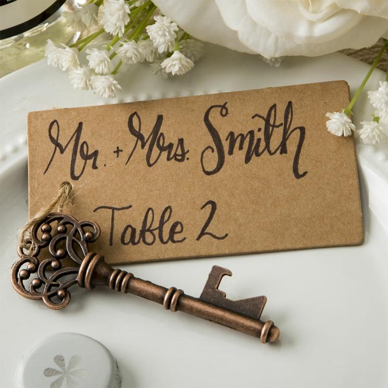 Segnaposto matrimonio con bigliettino e chiave vintage attaccata, tavolo decorato con fiori