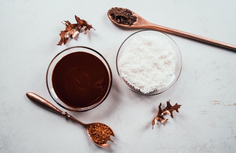 Cioccolato fondente e scaglie di cocco, come fare una cioccolata calda, cucchiaio con cacao in polvere
