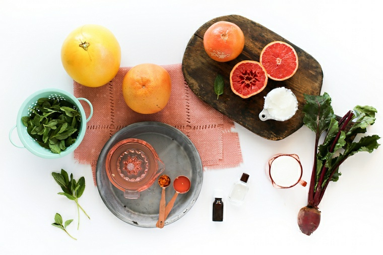 Ingredienti messi su un tavolo per preparare uno scrub a base di frutta e olio essenziale
