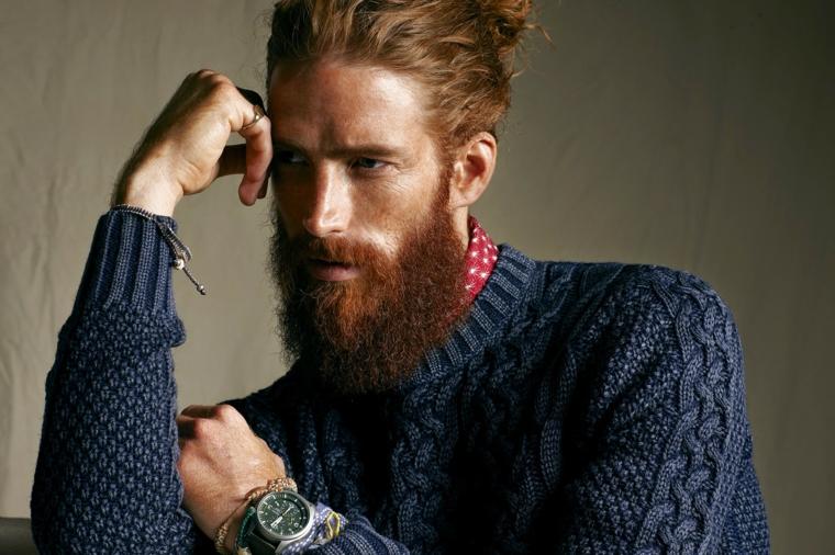 Come tagliare la barba, uomo con capelli di colore rosso legati indietro