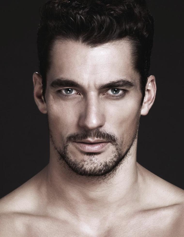 Barba curata e corta di un uomo con gli occhi chiari e acconciatura maschile