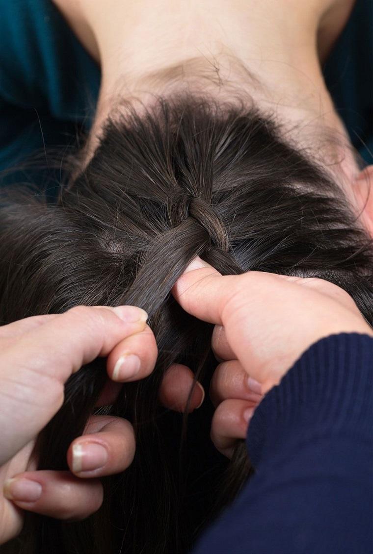 Trecce attaccate alla testa, donna con i capelli castani lunghi e lisci