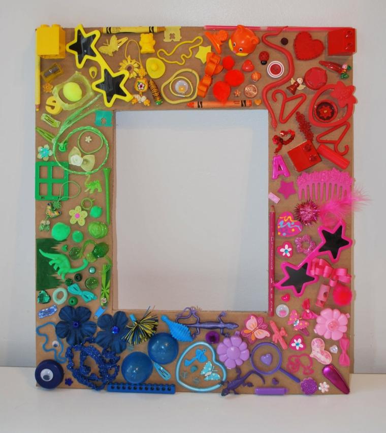 Cornici portafoto e un'idea con una decorata con elementi riciclati
