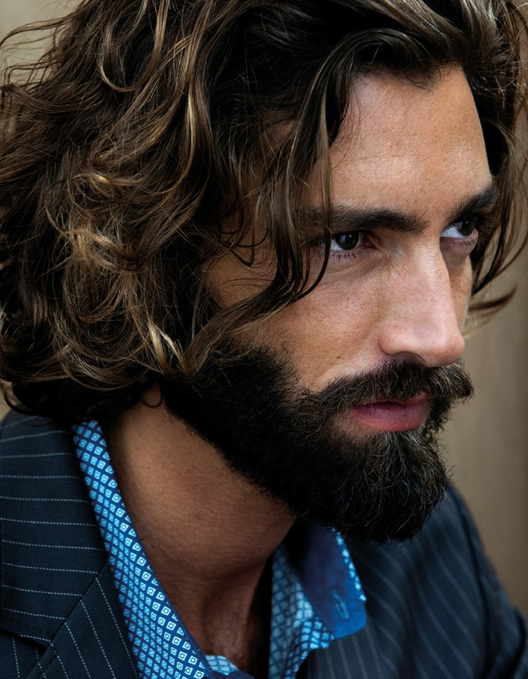 Come stimolare la crescita della barba, uomo con capelli lunghi e mossi di colore castano chiaro