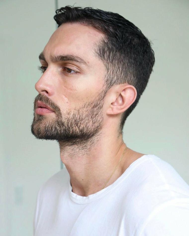Prodotti per far crescere la barba, uomo con viso di profilo e acconciatura capelli corti neri