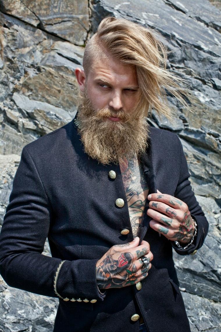 Come regolare la barba, uomo con capelli biondi rasati di lato con ciuffi lunghi e mossi