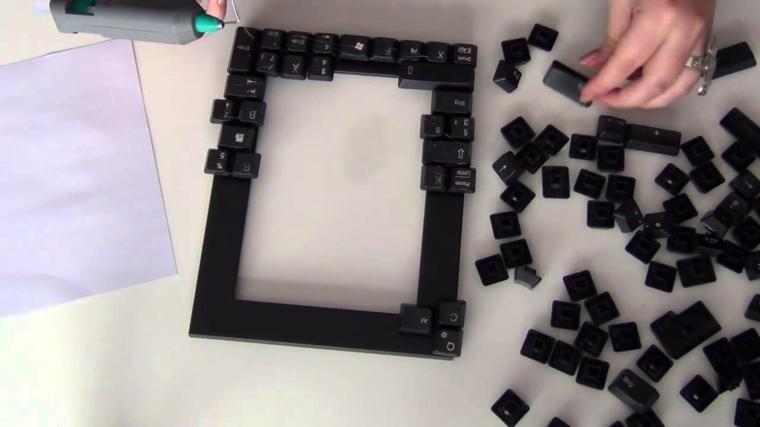 Portafoto in legno decorata con i bottini della tastiera incollati con colla a caldo