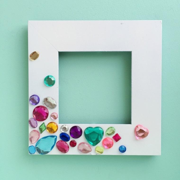 Portafoto fai da te di legno e colore bianco, decorazioni con gemme colorate