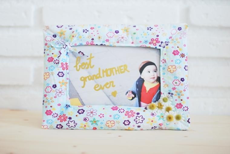 Come fare una cornice di cartone, rivestimento con stoffa colorata e personalizzata con scritta