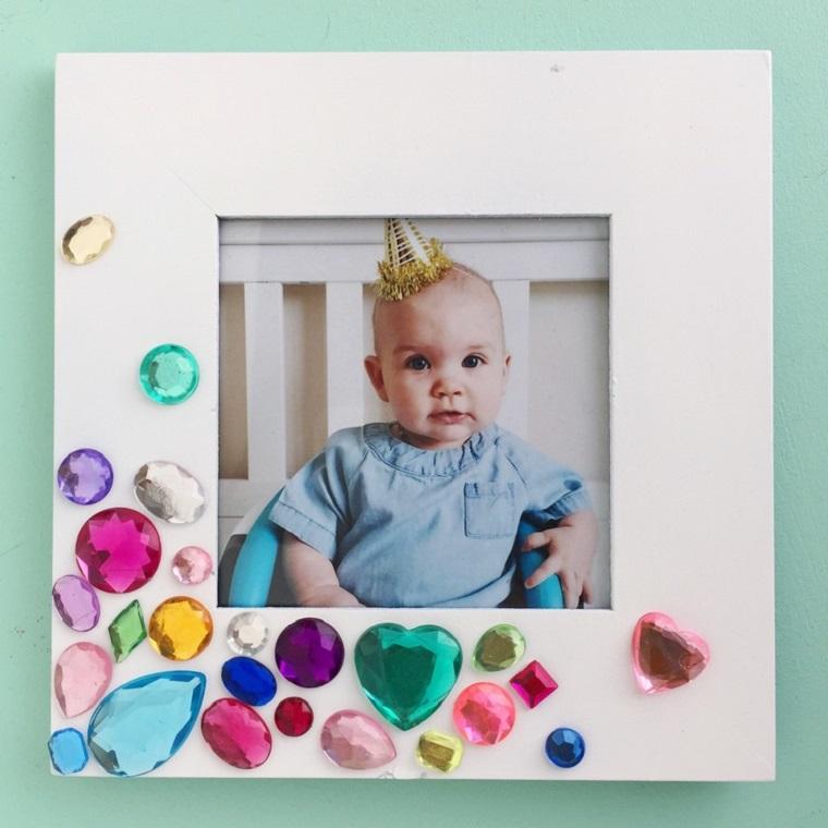 Idea per un portafoto in legno decorato con gemme di varia forma e colore
