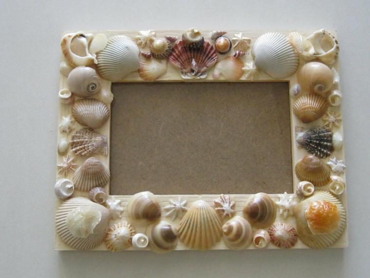 Cornici foto fai da te e un'idea con una di legno decorata con conchiglie