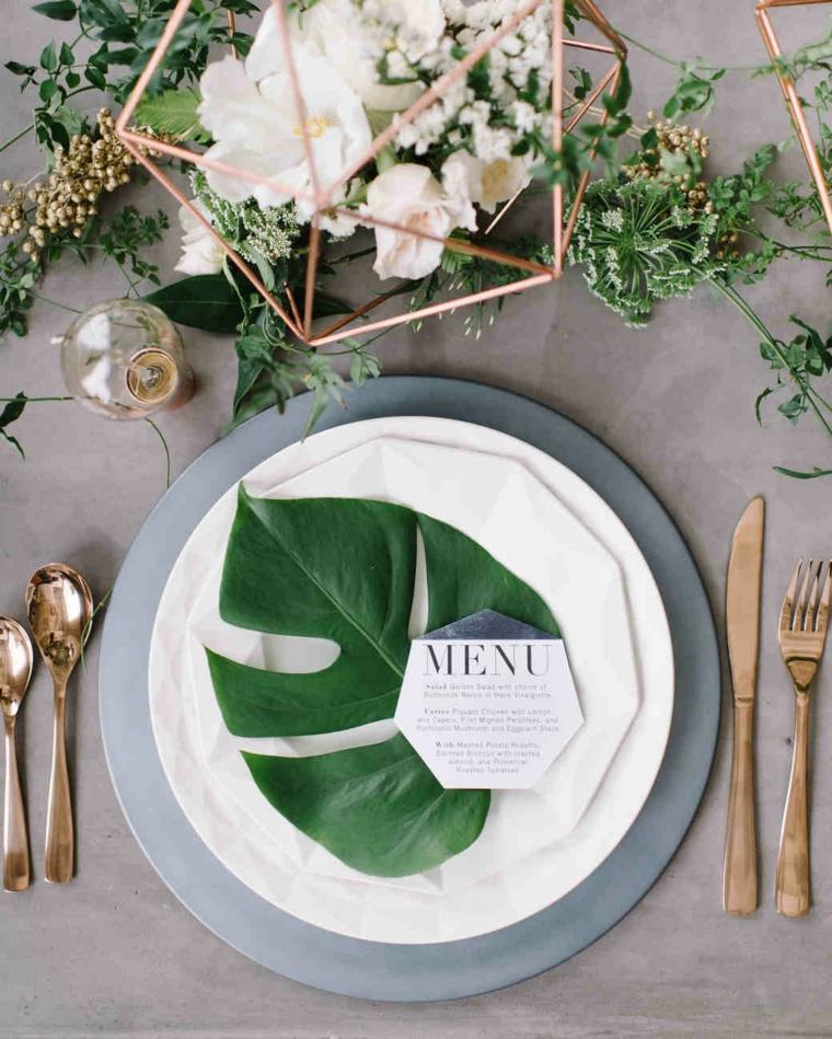 Segnaposto originali con una foglia verde e bigliettino con il menu degli ospiti