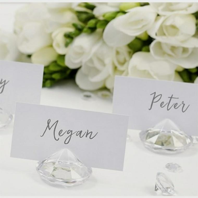 Bigliettini con nomi fissati si una figurina di cristallo, decorazioni tavolo per un matrimonio