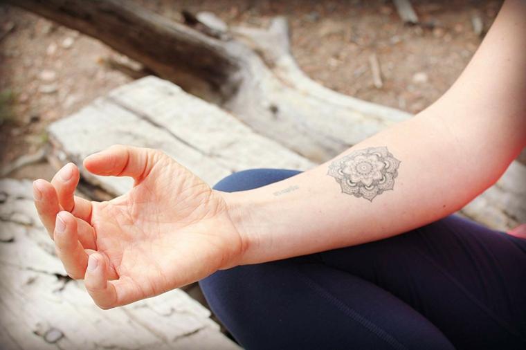 Un'idea per dei tatuaggi femminili braccio con un disegno di mandala sull'avambraccio