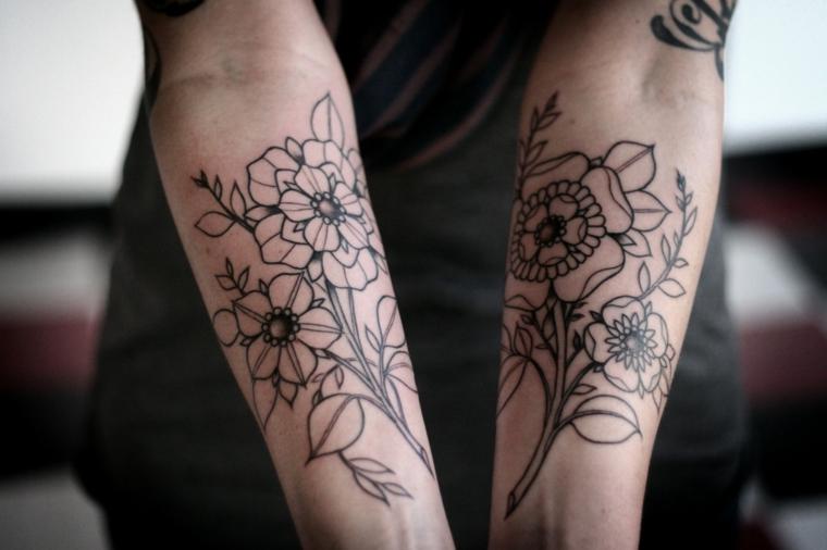 Tatuaggio braccio con motivi floreali su tutte le due, avambraccio con tanti tattoo