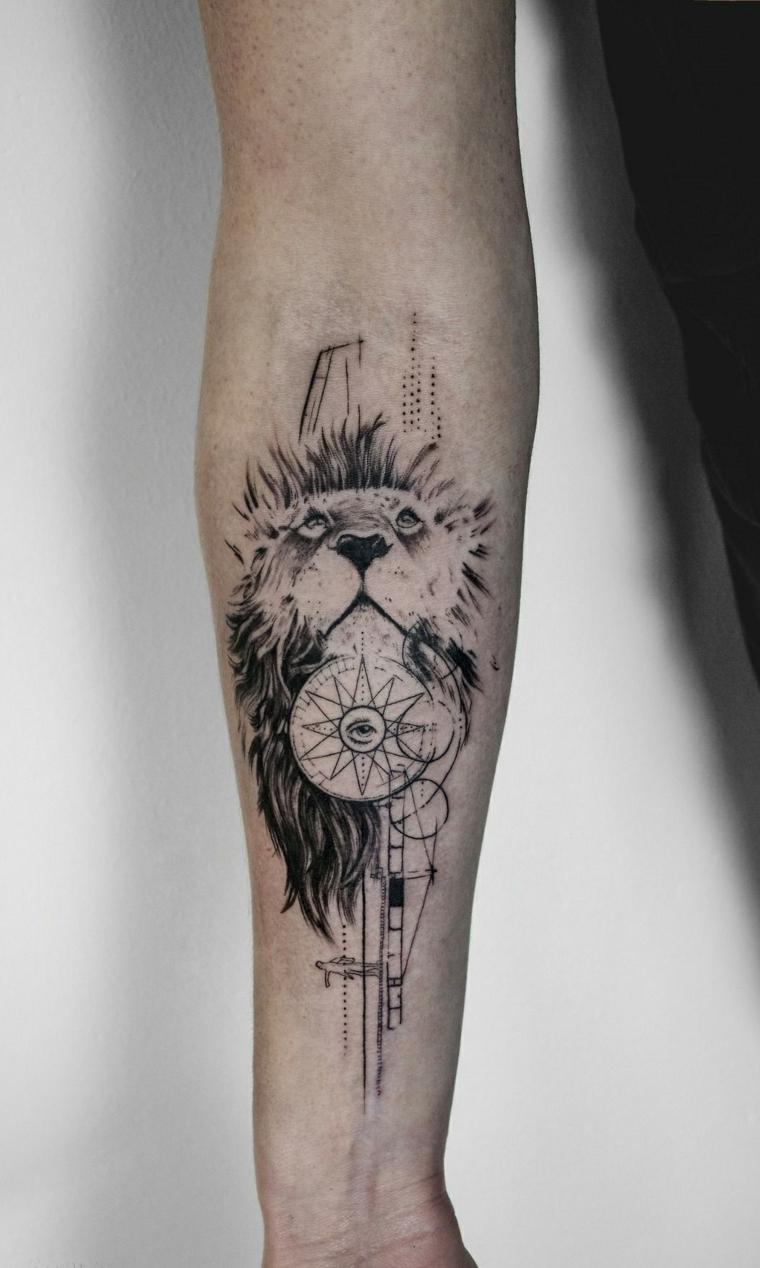 Tatuaggi scritte braccio, uomo con un tattoo sull'avambraccio di un leone con simboli