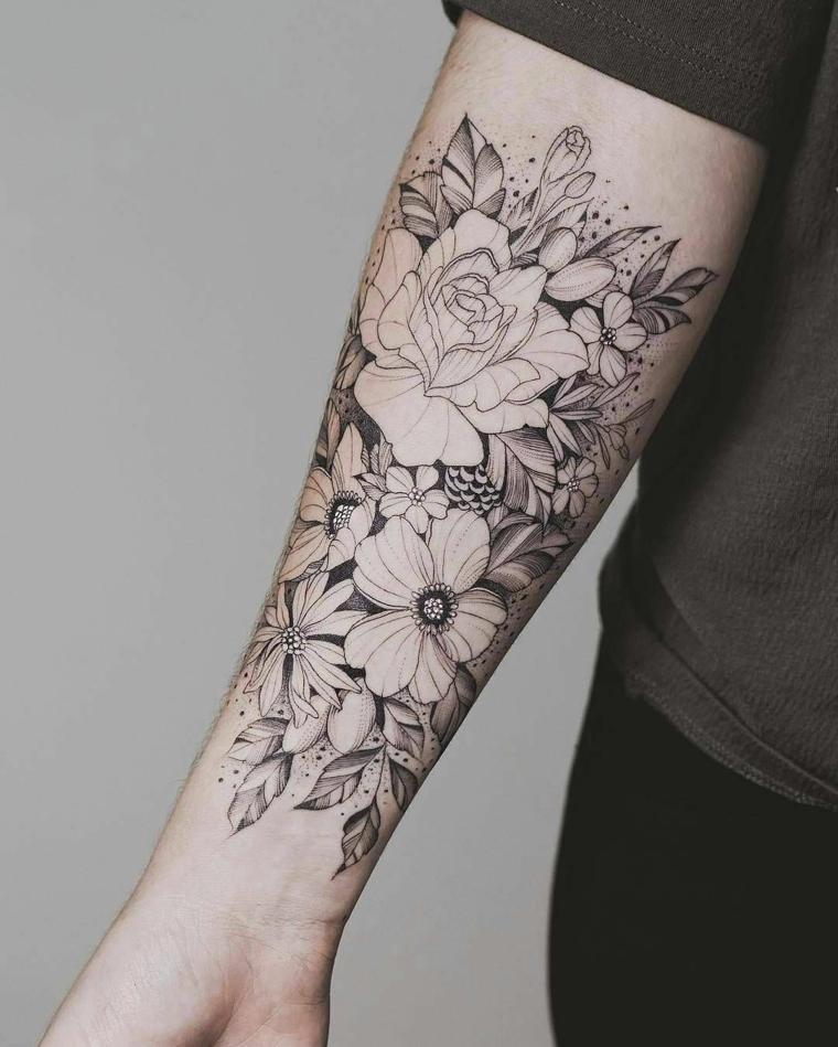 Idea per dei tatuaggio tutto il braccio di una uomo con disegno di un tattoo con fiori