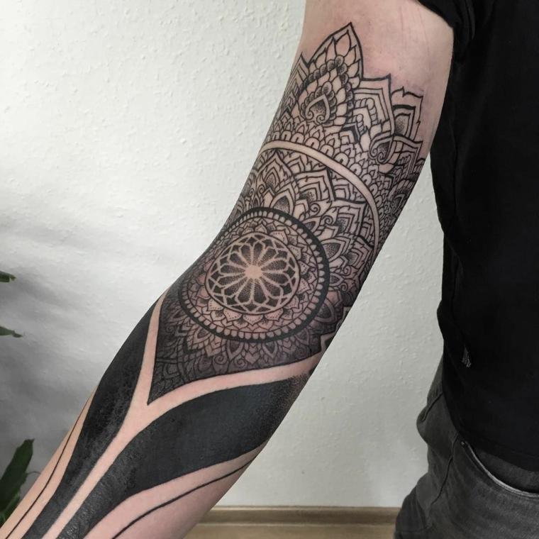 Idea per un tattoo avambraccio di un uomo con strisce e motivi a mandala